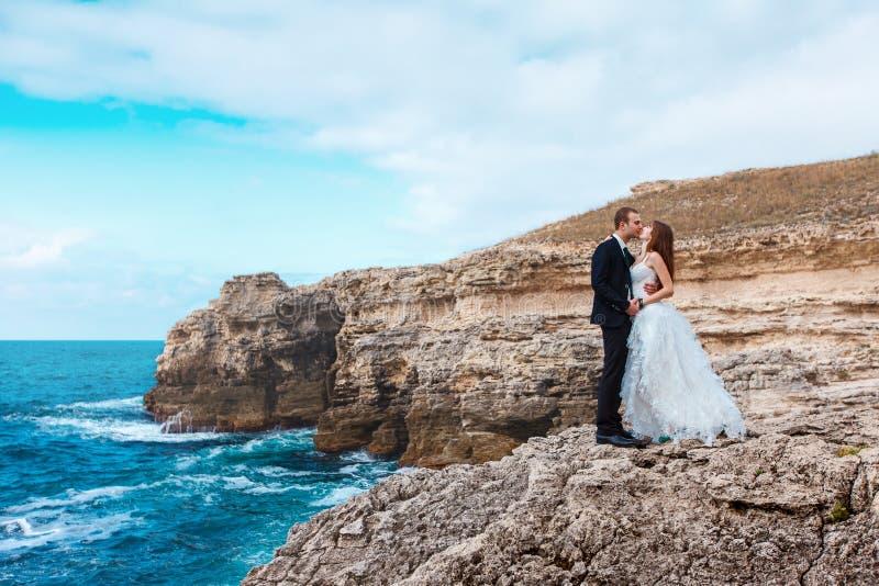 Download Bruid En Bruidegom Dichtbij De Oceaan Stock Afbeelding - Afbeelding bestaande uit oceaan, gelukkig: 39111823