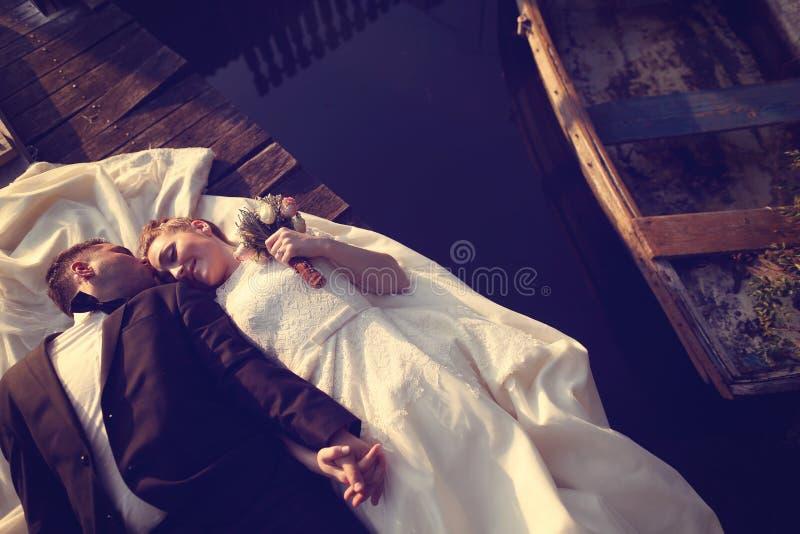 Bruid en bruidegom dichtbij meer royalty-vrije stock afbeelding