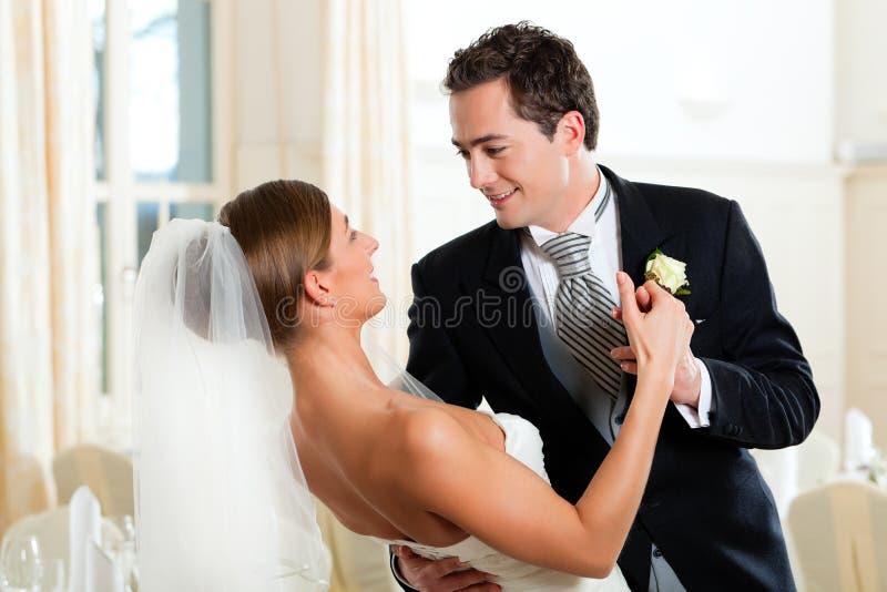 Bruid en bruidegom die de eerste dans dansen royalty-vrije stock afbeelding