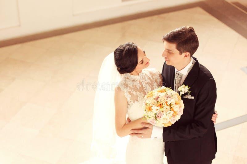 Bruid en Bruidegom die elkaar bekijken royalty-vrije stock foto's