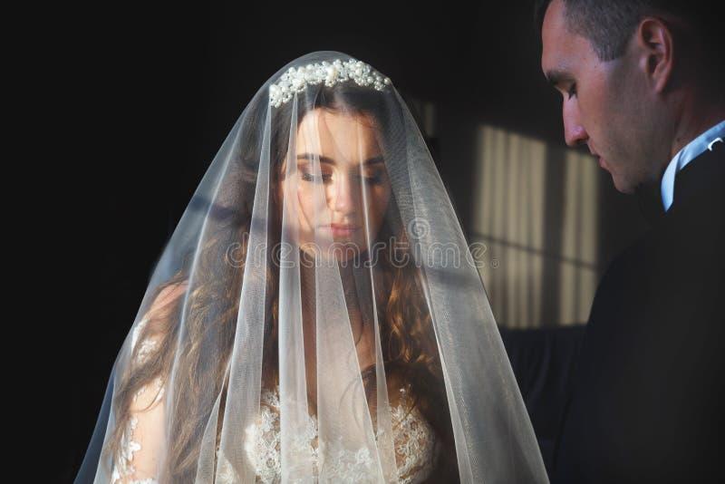 Bruid en bruidegom die elkaar met liefde bekijken royalty-vrije stock afbeeldingen