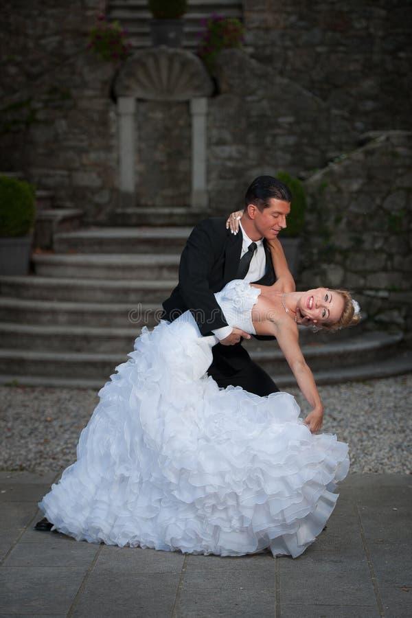 Bruid en bruidegom die hun eerste dans op een huwelijksdag dansen stock afbeeldingen