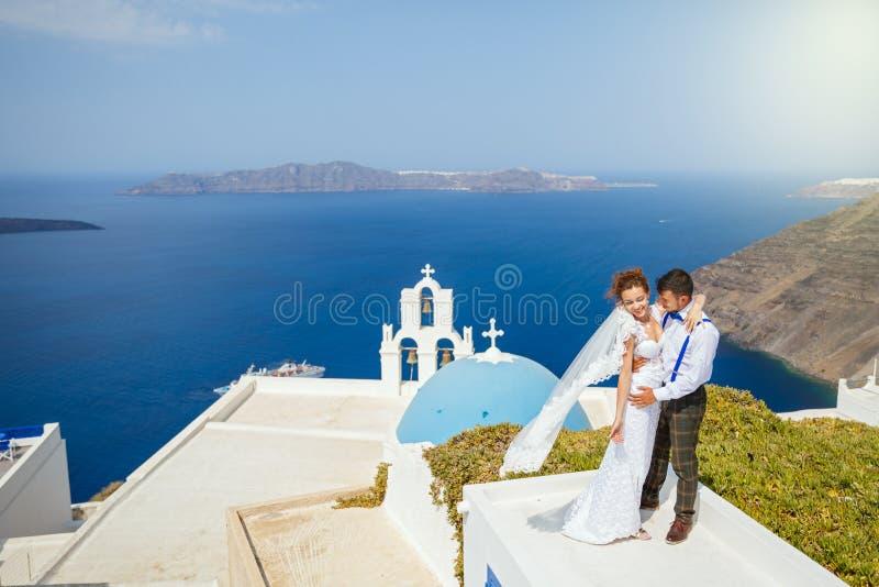 Bruid en bruidegom die op het dak dansen royalty-vrije stock fotografie