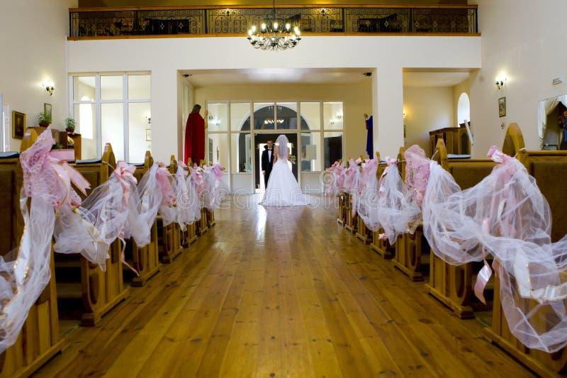 Bruid en bruidegom die zich in kerk bevinden stock afbeelding