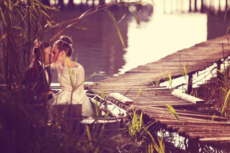 Bruid en Bruidegom In een Boot royalty-vrije stock foto