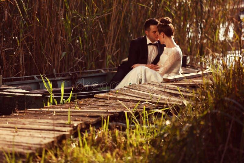 Bruid en Bruidegom In een Boot royalty-vrije stock afbeelding