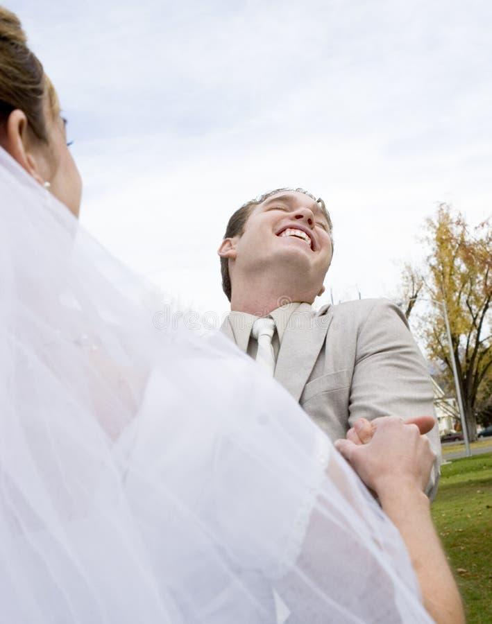 Bruid en bruidegom in een ogenblik royalty-vrije stock afbeelding