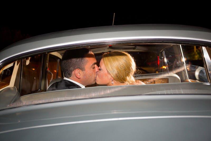 Bruid en Bruidegom Final Kiss royalty-vrije stock foto's
