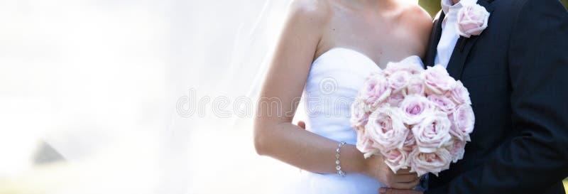 Bruid en Bruidegom het Beeld van In Soft Dreamy in Tuin royalty-vrije stock afbeeldingen