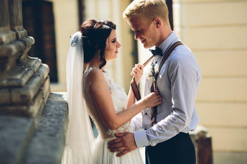 Bruid en bruidegom het stellen royalty-vrije stock foto
