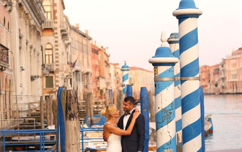 Bruid en bruidegom het stellen in de dokken stock fotografie