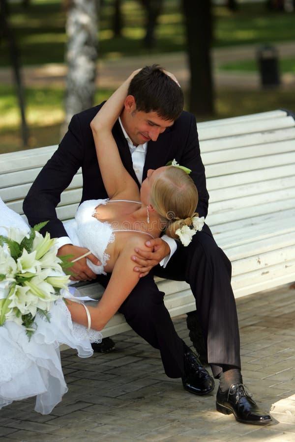 Bruid en bruidegom in liefde het romancing stock foto's