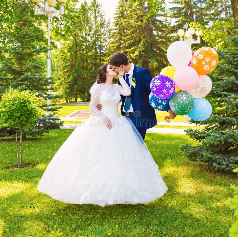 Bruid en Bruidegom met ballons stock afbeelding