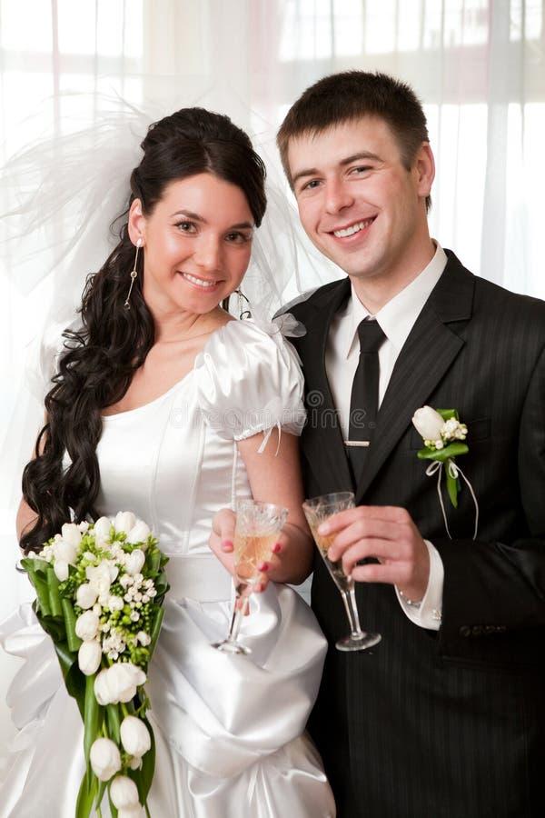Bruid en bruidegom met champagne stock foto's