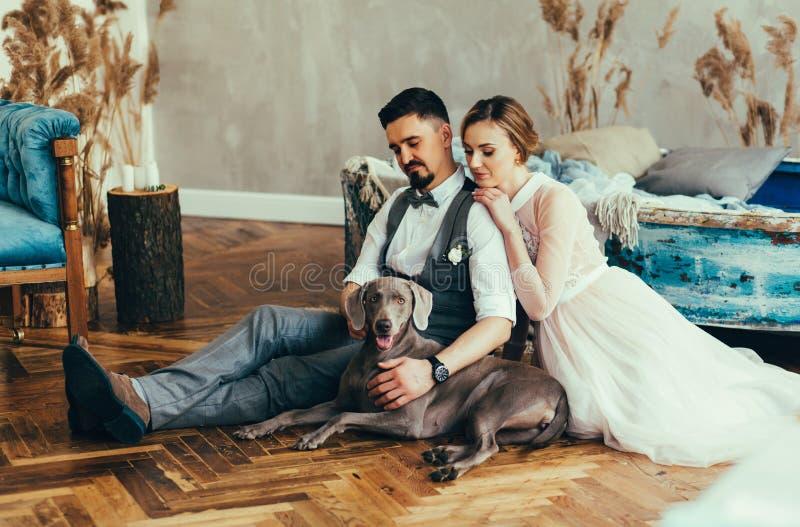 Bruid en bruidegom met hond royalty-vrije stock foto