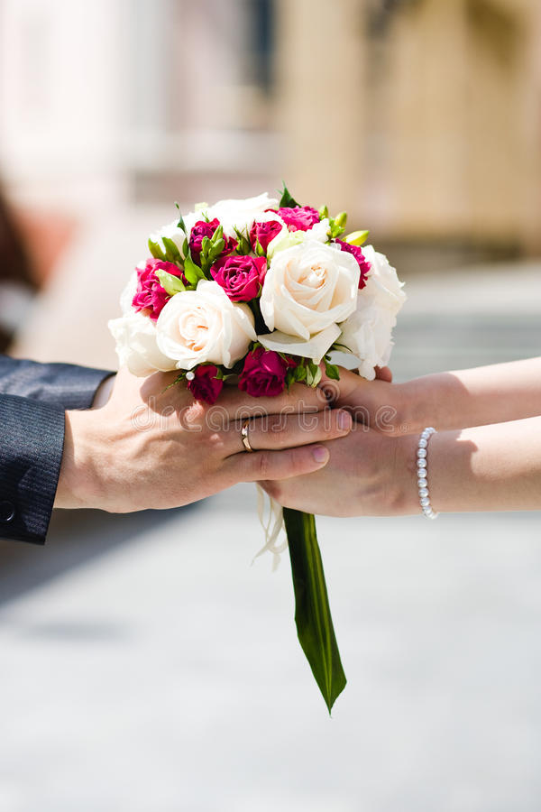 Bruid en bruidegom met huwelijksboeket royalty-vrije stock fotografie