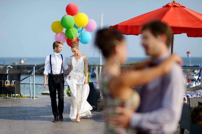 Bruid en bruidegom met kleurrijke ballons royalty-vrije stock afbeeldingen