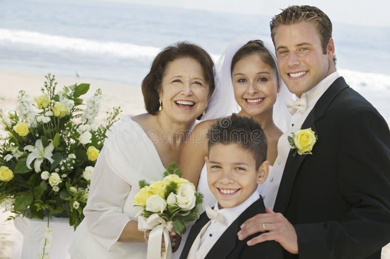 Bruid en Bruidegom met moeder en broer in openlucht (portret) royalty-vrije stock foto's