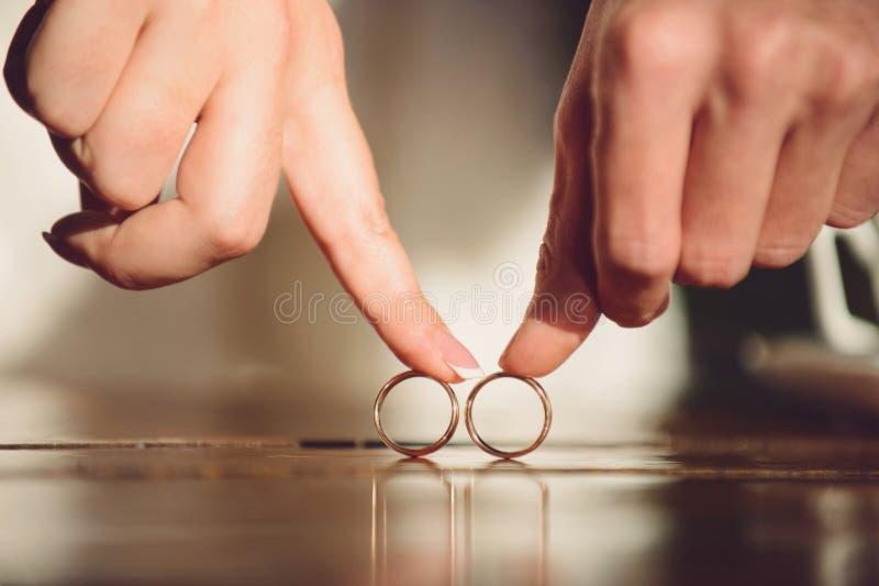 Bruid en bruidegom met ringen royalty-vrije stock afbeeldingen