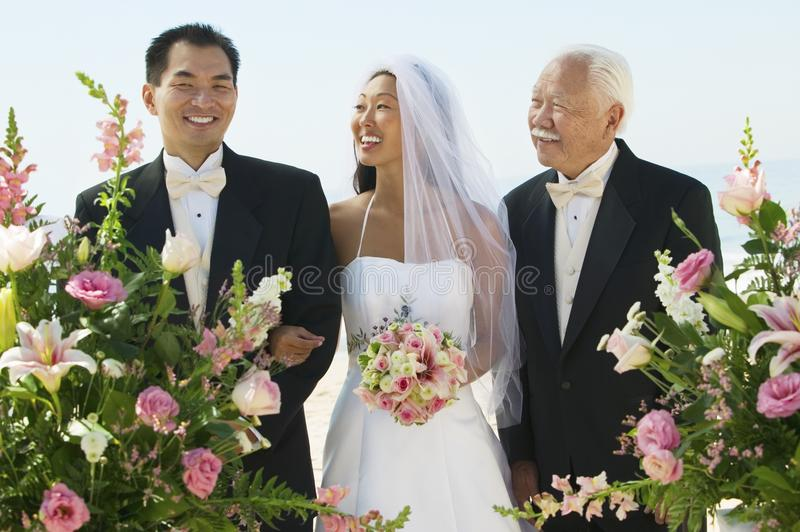 Bruid en bruidegom met vader royalty-vrije stock foto