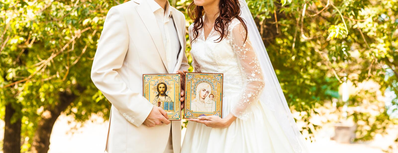 Bruid en bruidegom na orthodoxe huwelijksceremonie royalty-vrije stock fotografie