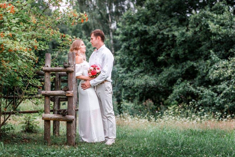 Bruid en bruidegom op de huwelijksdag stock afbeeldingen