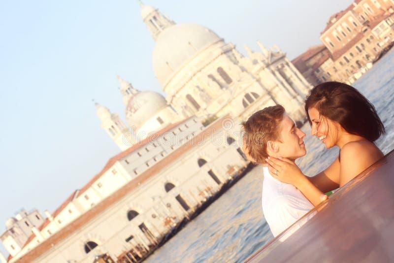 Bruid en bruidegom op een boot in Venetië, die van elkaar houden stock afbeeldingen