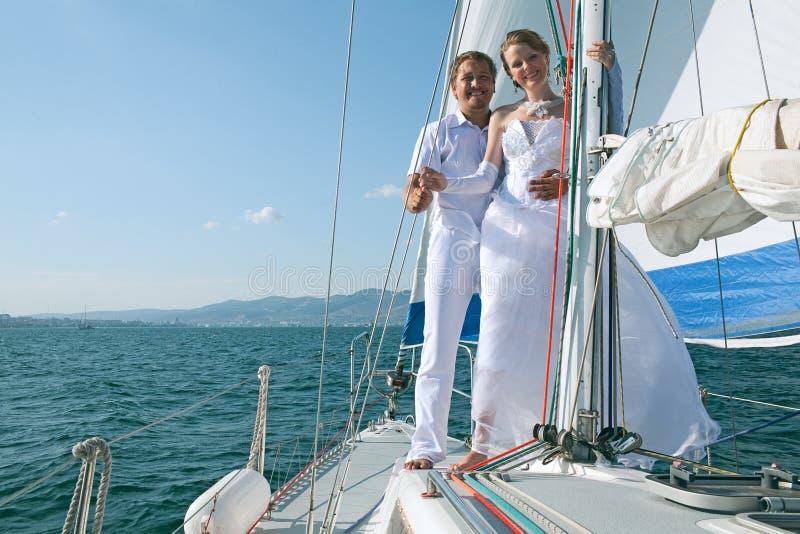 Bruid en bruidegom op een jacht stock fotografie