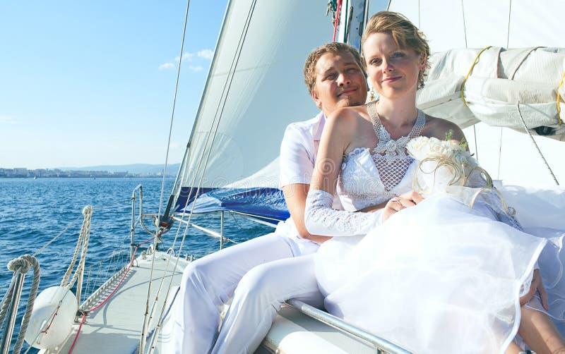 Bruid en bruidegom op een jacht stock foto's