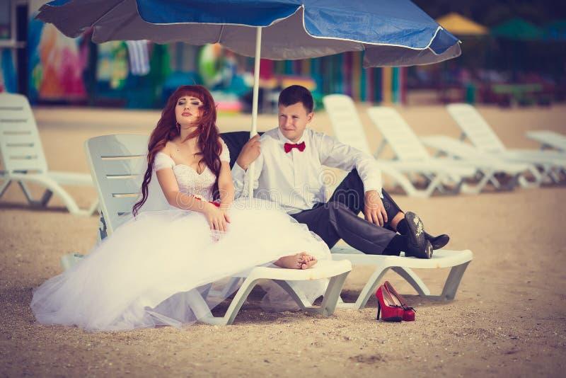 Bruid en bruidegom op een lanterfanter royalty-vrije stock foto
