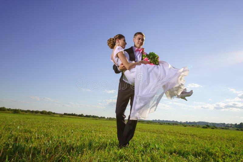 Bruid en bruidegom op gebied stock fotografie