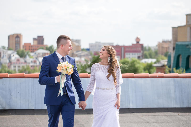 Bruid en bruidegom op het dak stock foto