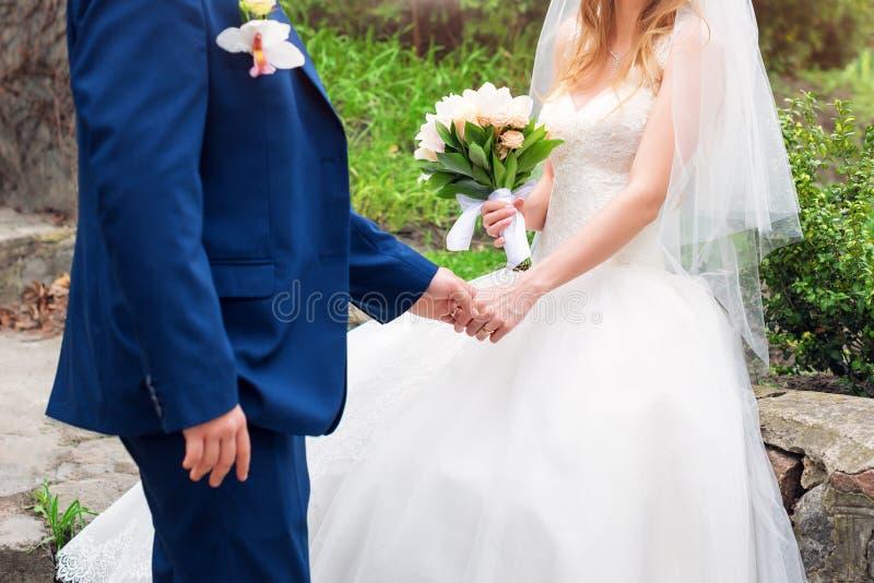 Bruid en bruidegom op hun huwelijksdag Het elegante huwelijkspaar stellen samen in openlucht op huwelijksdag romantisch genieten  royalty-vrije stock foto's