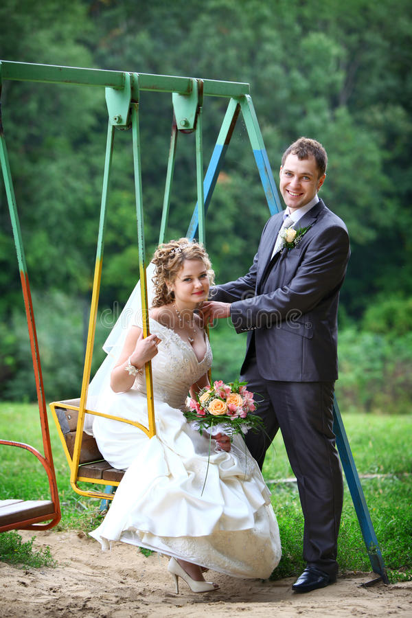 Bruid en bruidegom op schommeling stock foto's