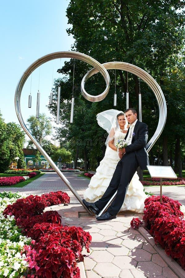 Bruid en bruidegom over kunststaalfabriek stock afbeelding