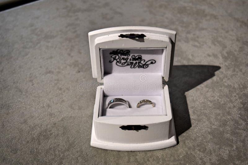 Bruid en Bruidegom Rings voor Huwelijksceremonie stock foto's