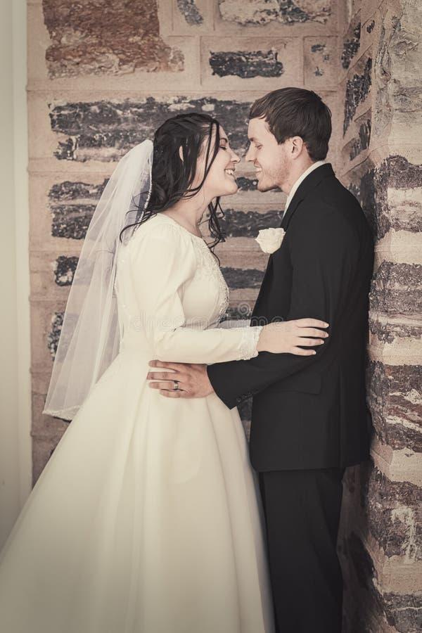 Bruid en Bruidegom Smiling in Greep royalty-vrije stock fotografie