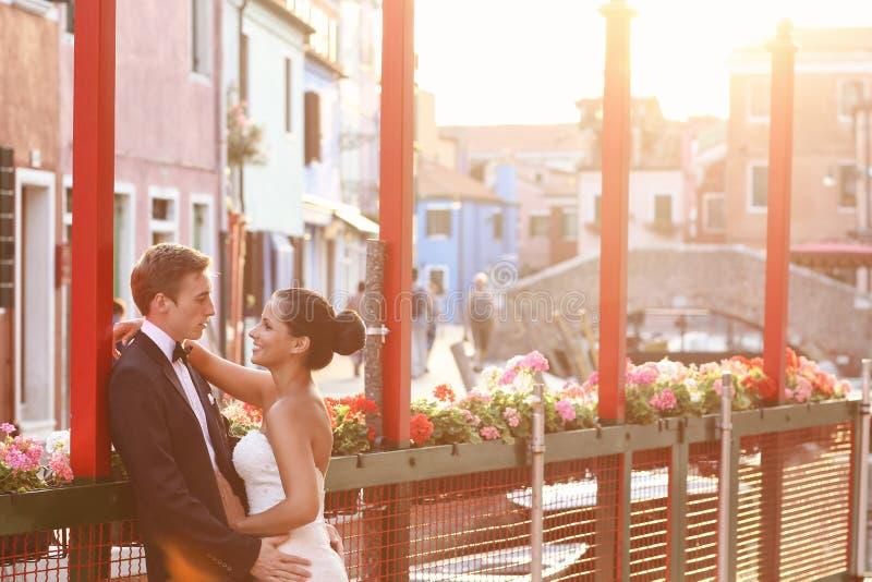 Bruid en bruidegom in Venetië, die goede tijd hebben samen royalty-vrije stock foto