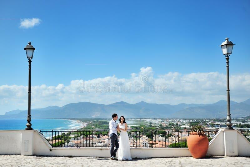 Bruid en bruidegom in wittebroodsweken in Sperlonga, Italië royalty-vrije stock foto