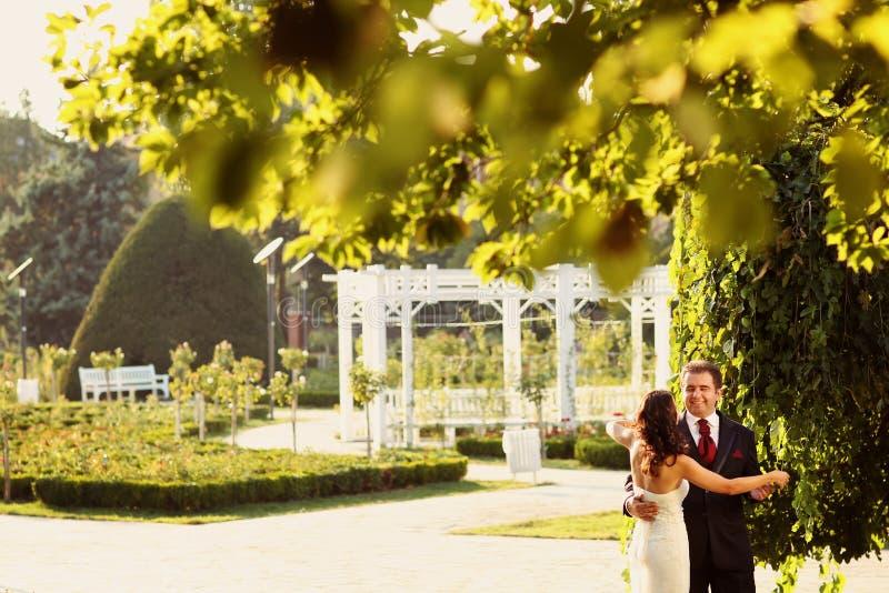 Bruid en bruidegomholding elkaar royalty-vrije stock fotografie