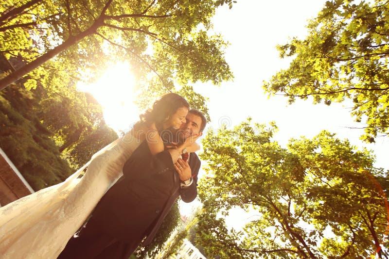 Bruid en bruidegomholding elkaar stock afbeelding