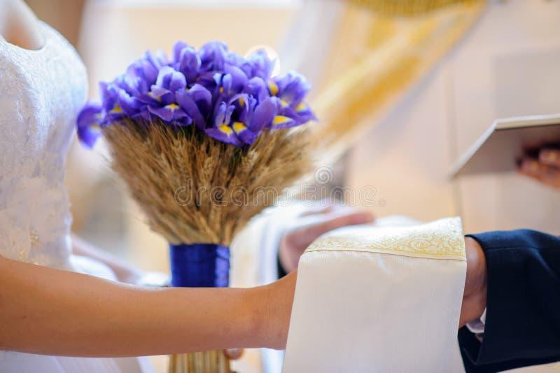 Bruid en bruidegomholdingshanden stock foto's