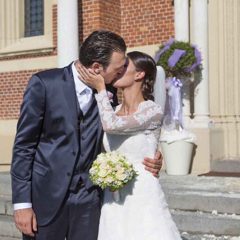 Bruid en bruidegomkus royalty-vrije stock afbeeldingen
