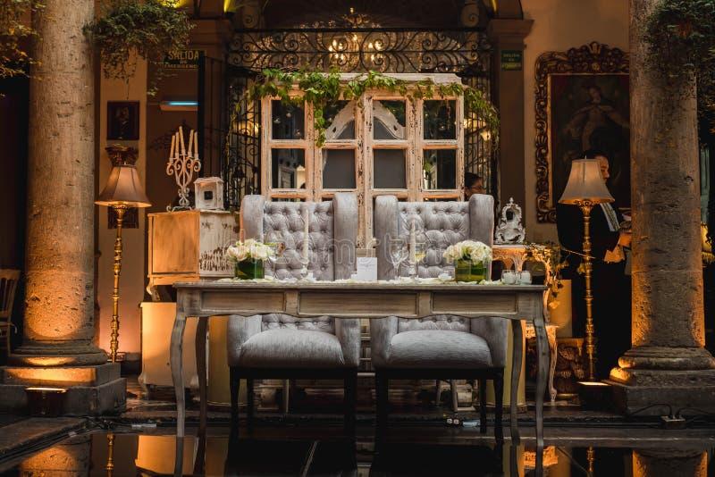 Bruid en bruidegomlijst voor een van het dinerpartij of huwelijk ontvangst wordt geplaatst die stock fotografie