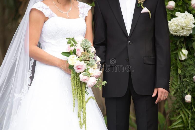 Bruid en bruidegomtorsoportret royalty-vrije stock afbeeldingen