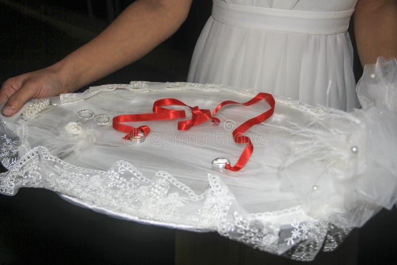Bruid en bruidegomverlovingsringceremonie stock foto