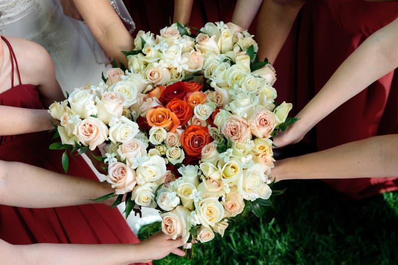 Bruid en Bruidsmeisjeboeketten stock foto's