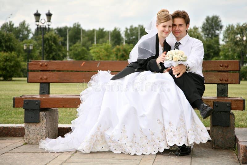 Bruid en fiance op de bank royalty-vrije stock afbeeldingen