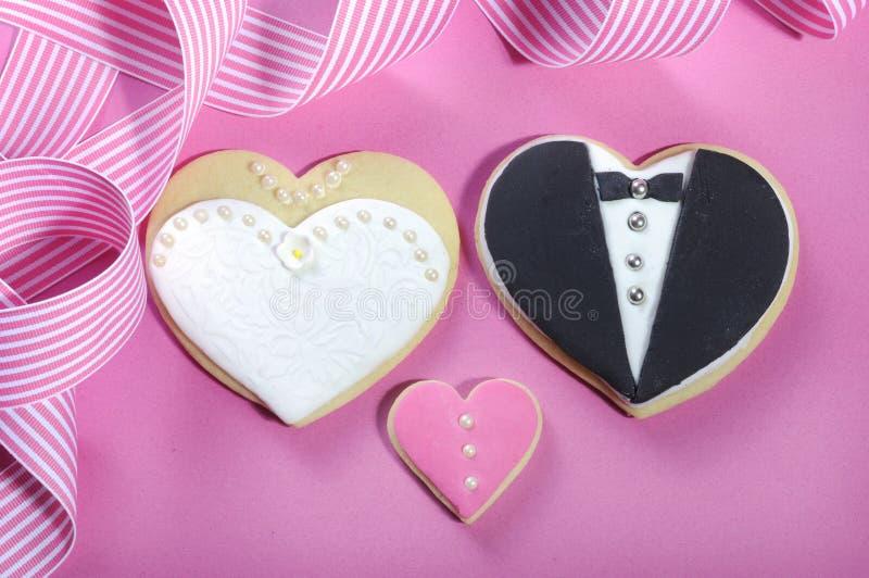 Bruid en grrom huwelijkskoekjes stock foto
