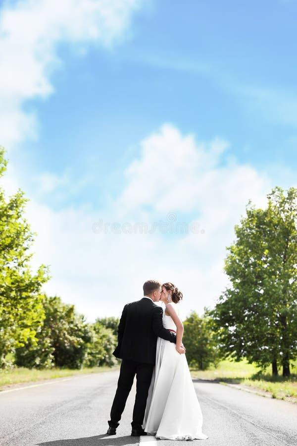 Bruid en haar bruidegom het kussen stock afbeeldingen